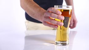 Homem com um vidro da cerveja Fundo branco Fim acima filme