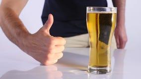 Homem com um vidro da cerveja Fundo branco Fim acima vídeos de arquivo
