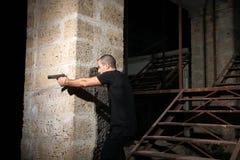 Homem com uma arma Imagens de Stock