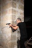 Homem com uma arma Foto de Stock
