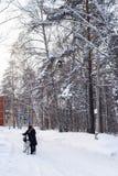 Homem com uma bicicleta na estrada Rússia do inverno, Sibéria Fotografia de Stock