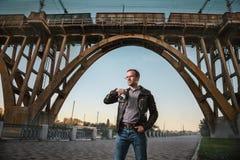 Homem com uma câmera na cidade imagem de stock