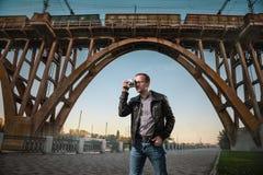 Homem com uma câmera na cidade fotos de stock royalty free