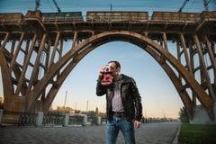 Homem com uma câmera na cidade foto de stock royalty free