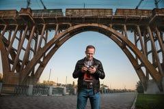 Homem com uma câmera na cidade imagem de stock royalty free