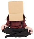 Homem com uma caixa em uma cabeça Fotografia de Stock Royalty Free