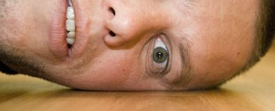 Homem com uma dor de cabeça Foto de Stock Royalty Free