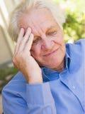 Homem com uma dor de cabeça Fotografia de Stock Royalty Free