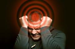 Homem com uma dor de cabeça imagens de stock