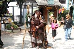 Homem com uma equipe de funcionários vestida no traje medieval Imagens de Stock Royalty Free