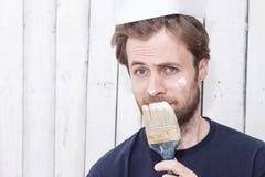 Homem com uma escova de pintura - renovação, paredes de pintura Imagens de Stock Royalty Free