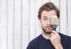 Homem com uma escova de pintura - renovação, paredes de pintura Fotos de Stock Royalty Free