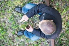 Homem com uma garrafa e um cigarro imagem de stock royalty free