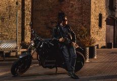 Homem com uma motocicleta do café-piloto foto de stock royalty free