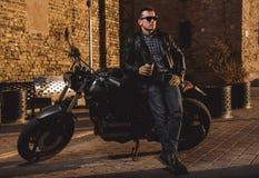 Homem com uma motocicleta do café-piloto Imagem de Stock Royalty Free