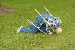 Homem com uma queda do caminhante Foto de Stock Royalty Free