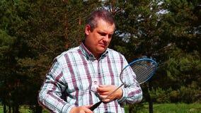 Homem com uma raquete de badminton Fotos de Stock Royalty Free