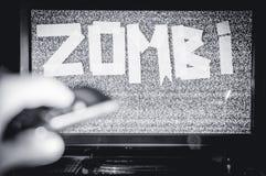 Homem com uma tevê em vez de uma cabeça Inscrição do zombi dos meios As redes do Social dos multimédios foto de stock