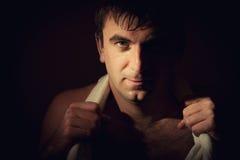 Homem com uma toalha branca em torno de seu pescoço Foto de Stock