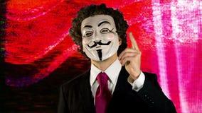 Homem com v para a máscara da vingança vídeos de arquivo