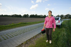 Homem com vasilha sobre na borda da estrada Fotos de Stock