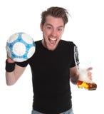 Homem com vidro do soccerball e de cerveja Imagens de Stock Royalty Free