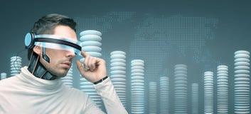 Homem com vidros 3d futuristas e sensores Foto de Stock Royalty Free