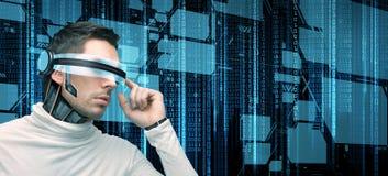 Homem com vidros futuristas e sensores Fotografia de Stock Royalty Free