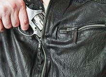 Homem com violência de borracha do ataque da pistola da arma da mão Fotos de Stock