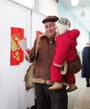 Homem com votos da criança na eleição do russo Fotografia de Stock
