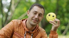 Homem comendo cookies video estoque
