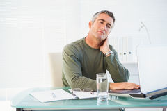 Homem concentrado que trabalha com portátil Fotos de Stock Royalty Free