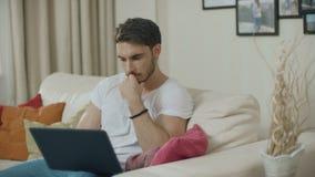 Homem concentrado que trabalha no laptop em casa Homem de neg?cios s?rio vídeos de arquivo