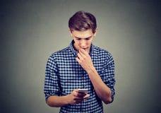 Homem confundido com smartphone novo Imagem de Stock Royalty Free