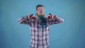 Homem congelado afligido coberto com a geada nas luvas e no lenço no dedo azul das mostras do fundo para baixo video estoque