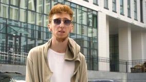 Homem considerável ao ar livre O vento funde a roupa de um homem à moda novo vídeos de arquivo