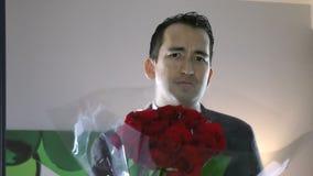 Homem considerável com as flores à disposição que sentem o provérbio culpado pesaroso filme