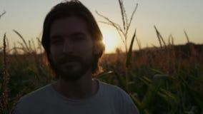 Homem considerável com a barba com paisagem da natureza no por do sol/nascer do sol filme