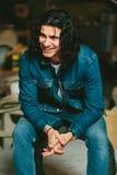 Homem considerável com a morena longa do cabelo em um revestimento da sarja de Nimes Fotos de Stock