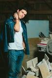 Homem considerável com a morena longa do cabelo em um revestimento da sarja de Nimes Imagens de Stock Royalty Free