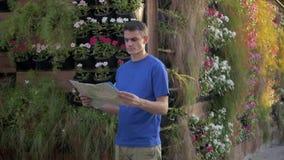 Homem considerável com o mapa que olha o destino video estoque