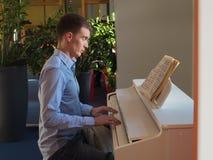 Homem considerável com olhos fechados ao jogar o piano dentro Fotografia de Stock Royalty Free