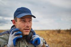 Homem considerável com os fones de ouvido no ar livre Imagem de Stock