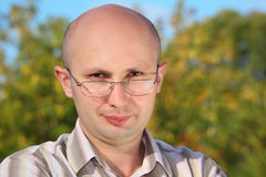Homem considerável com vidros no parque da queda Fotografia de Stock Royalty Free