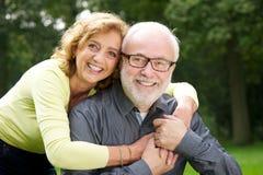 Homem considerável de abraço da mulher bonita Imagem de Stock