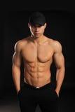 Homem considerável do halterofilista com um torso despido que mostra os músculos Fotos de Stock