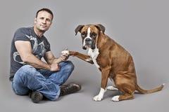 Homem considerável do músculo com seu cão Imagens de Stock Royalty Free