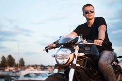 Homem considerável do motociclista do retrato romântico nos óculos de sol Imagem de Stock Royalty Free