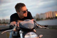 Homem considerável do motociclista do retrato romântico nos óculos de sol Fotografia de Stock