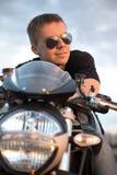 Homem considerável do motociclista do retrato romântico nos óculos de sol Fotos de Stock
